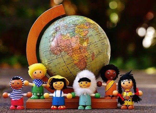 globe-figurines-culture