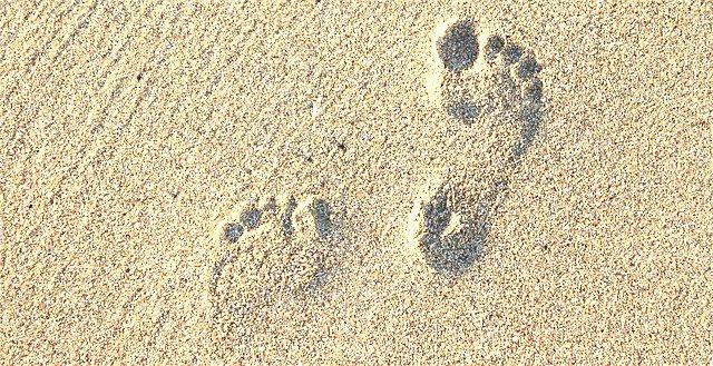 keep-ajournal-footsteps-sand