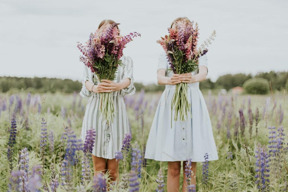 best-friends-twins-flower-field
